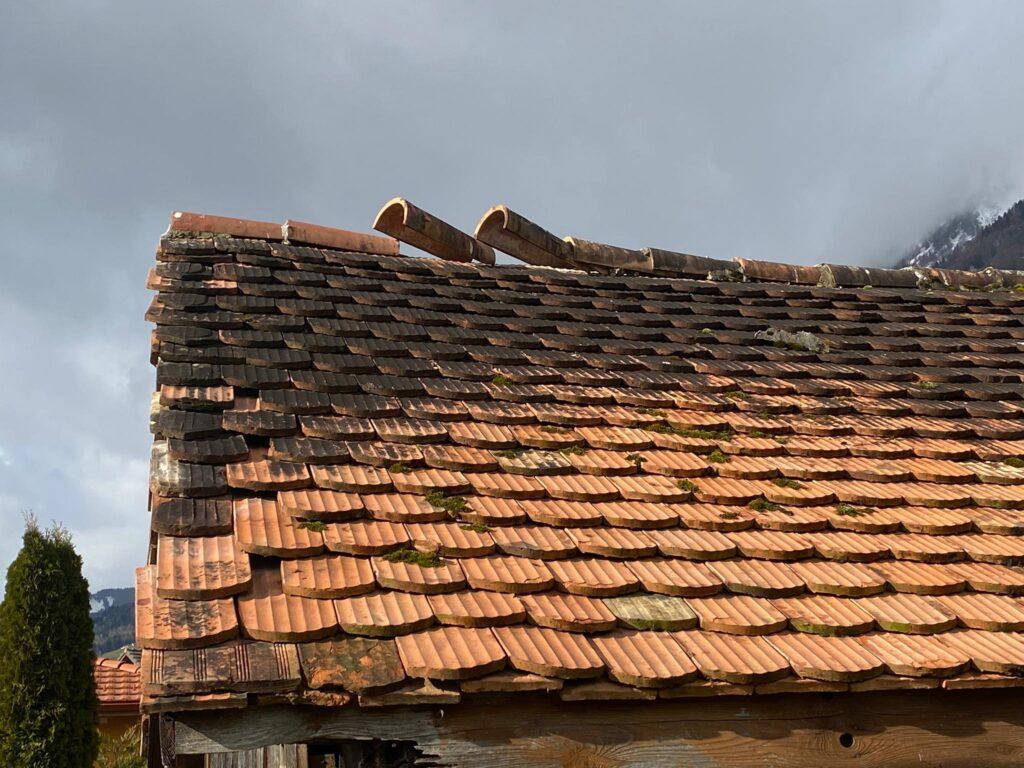 Aufgestellte Ziegel Dachabschluss auf Ziegeldach nach Sturm
