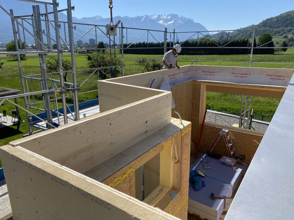 Ein Arbeiter der A. Gantenbein Holzbau AG auf der Baustelle beim Schlafzimmer-Anbau der Familie Hugi in Grabs.